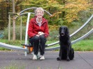 Monika Tegethoff mit Therapiehund Shadow (Flat-Coated Retriever)
